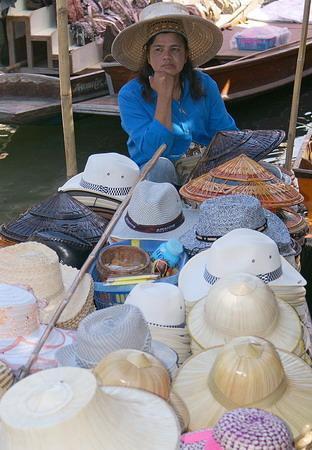 ตลาดน้ำดำเนินสะดวก: Hats Anyone?