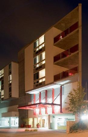 HotelRED: Hotel Front Drive