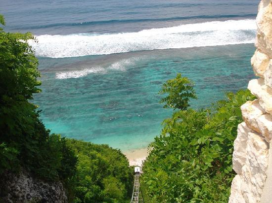 โรงแรมการ์มา กันดารา: going down to the beach