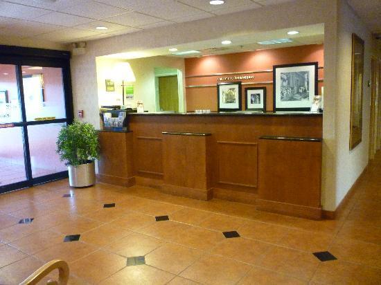 Hampton Inn Atlanta Town Center / Kennesaw: Front Desk