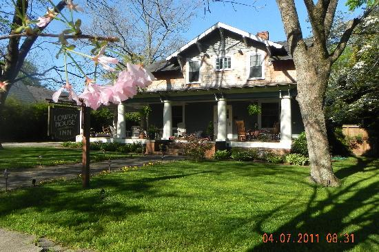 The Lowry House Inn: Guests love sitting on the large rocking chair porch