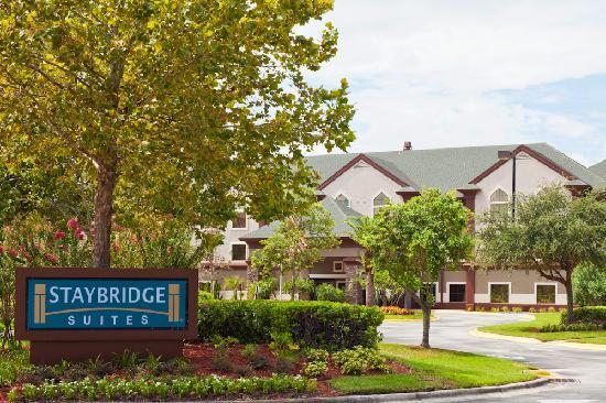 Staybridge Suites Orlando Airport South: Our beautiful entry facing the lake