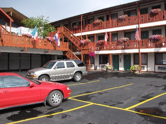 Obertal Inn: The Inn and parking lot