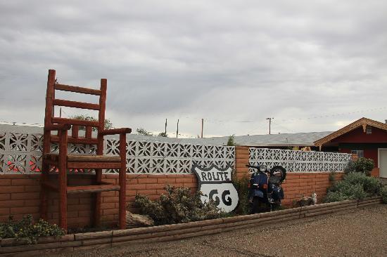 Globetrotter Lodge: riesengroßer Stuhl vor der Lodge