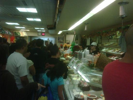 Carlo's Bakery : Crowds wait for their treat