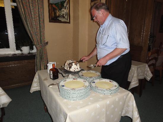 Hotel Hatz : Le diner: La découpe du dessert par le Patron