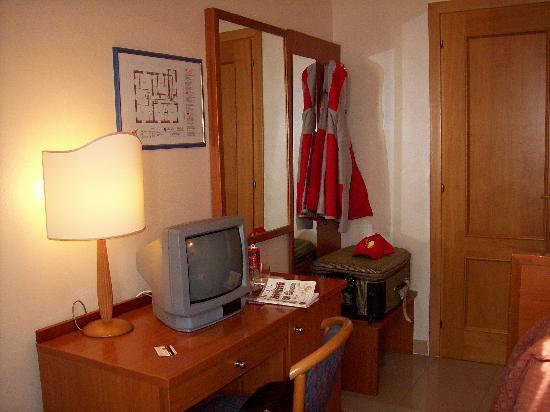 Hotel Parker : La pequeña habitacion tiene una heladerita