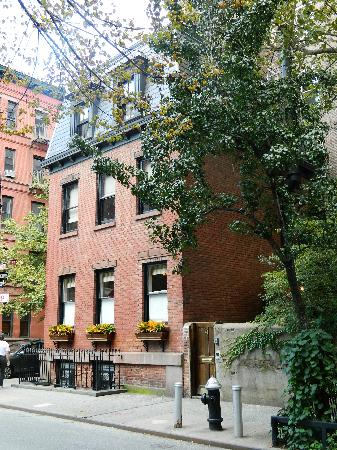 New York's Finest Walking Tours: a house in greenwich