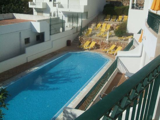 Cerro Malpique Aparthotel: View from our small balcony of pool at the superior block.
