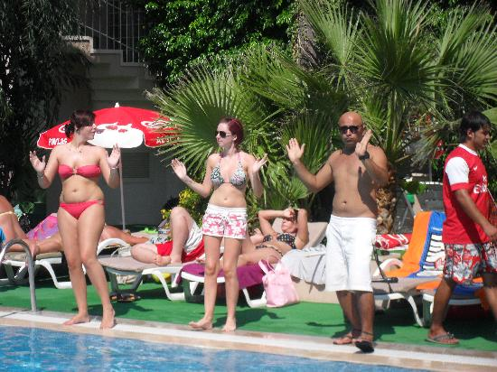 Club Atrium Apartments: Guests and the entertainment doing the sundance around the pool