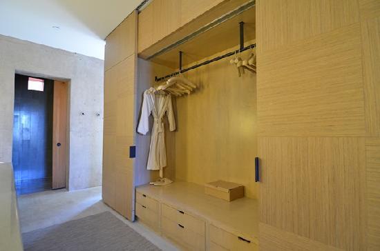 Amangiri: closet for terrace pool suite