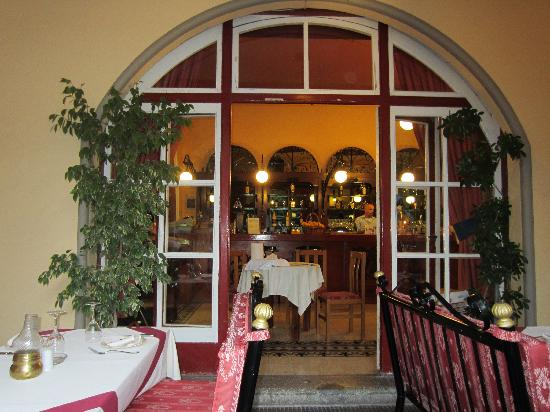 Platanos: The bar area