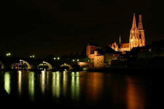 Steinerne Brücke: Bridge at night with the Dom
