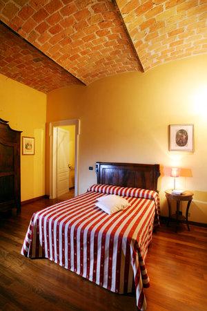 """B&B """"il MOLINO"""" Residenza Storica: Camera  - il Camino- Balcone con vista panoramica sui vigneti delle Langhe-Roero e Monferrato ne"""
