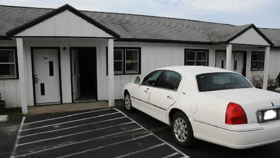White Birches Motel: Auto vor der Tür ...