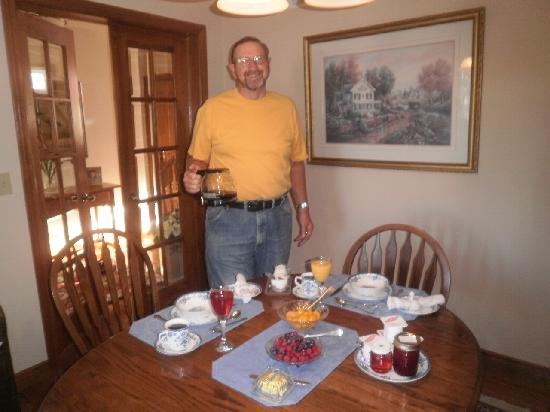 Bessie's Bed & Breakfast: Breakfast is served... as Hank pours us freshly brewed coffe!