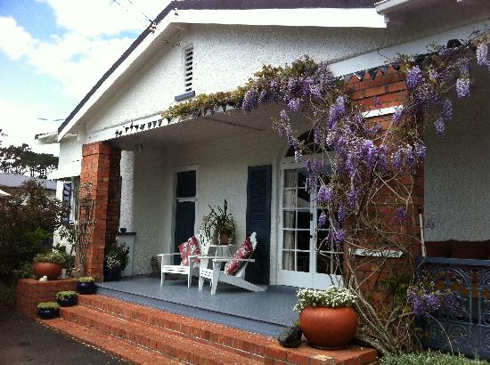 Mt Eden - Wisteria Cottage B&B: View of Wisteria Cottage on my first day