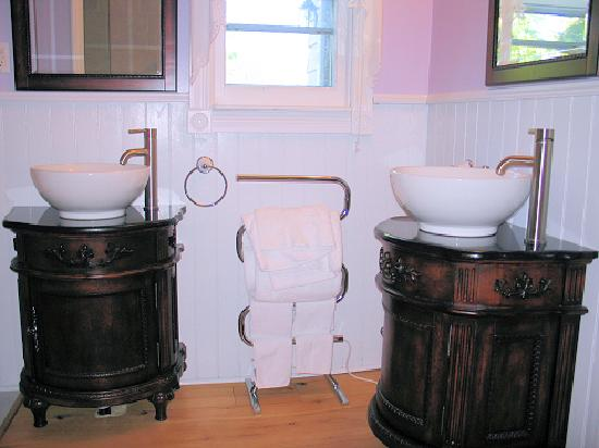 Mettawas-End Bed and Breakfast: Walker room bathroom - 2 sinks, heated towel rack.