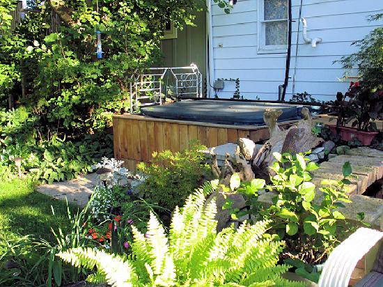 Mettawas-End Bed and Breakfast: The outdoor hot tub.