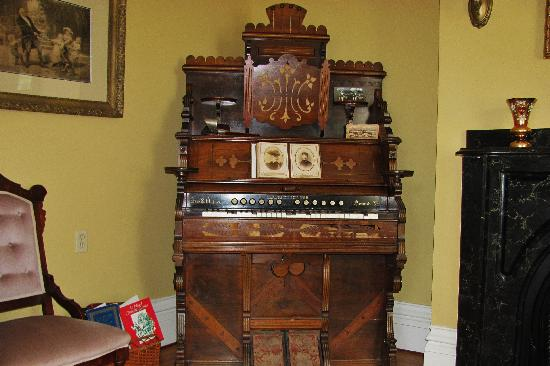 Shipwright Inn: Vintage organ in sitting room