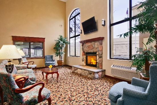 Baymont Inn & Suites Boston Heights/Hudson: Lobby with Fire place