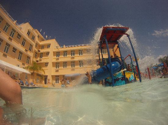 Courtyard Aguadilla: Pool fun