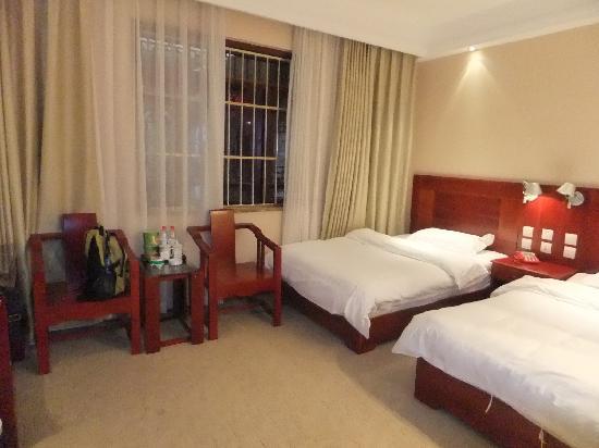 Azeroth Commercial Hotel : 標準間の部屋は広い