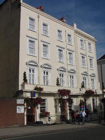 Comfort Inn Buckingham Palace Road: Front of Comfort Inn, from Elizabeth Bridge