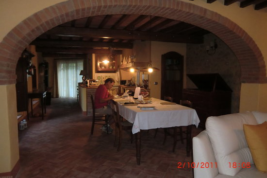 La casa di Lucia: Dining room with long table