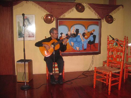 Barrachina Restaurant: spanish guitar
