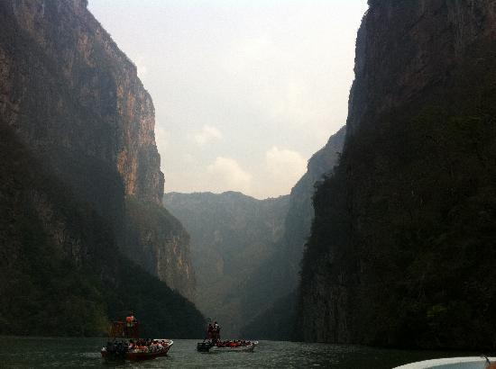 Tuxtla Gutierrez, México: Recorrido a traves del canon del sumidero hacia el parque Amikuu semana santa 2011