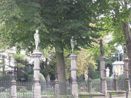 Notre Dame du Sablon : Square du Petit Sablon avec les statues des corps de métiers