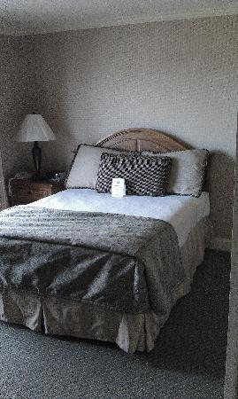 Columbus Motor Inn: Queen Bed in Separate Bedroom