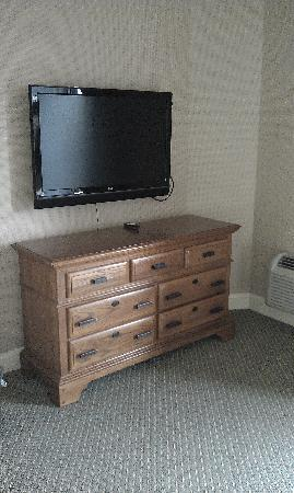 Columbus Motor Inn: TV and Dresser in Separate Bedroom
