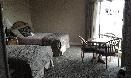 Columbus Motor Inn: Two Double Beds and Sitting Area in Main Room