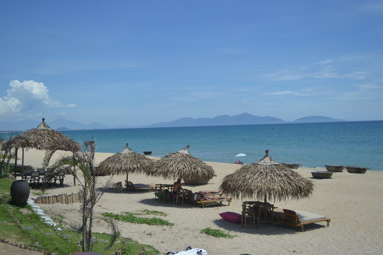 Banyan Beach Bar and Restaurant: View from Banyan over the Son Tra peninsula
