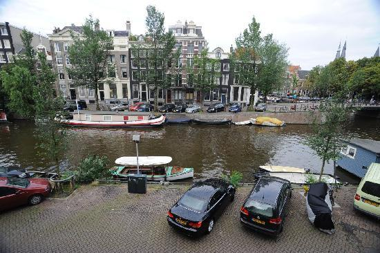 B&B Herengracht 21: View from the canal room