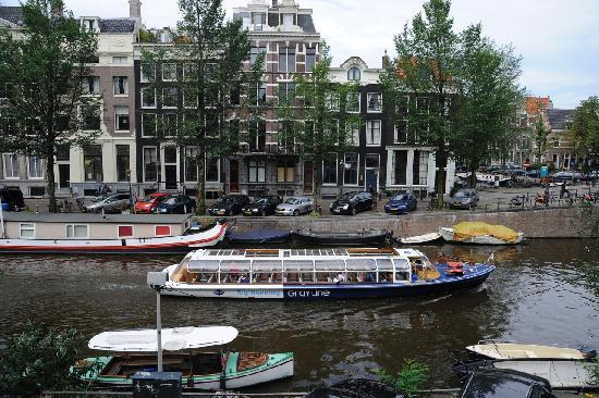 B&B Herengracht 21: Another view from canal room