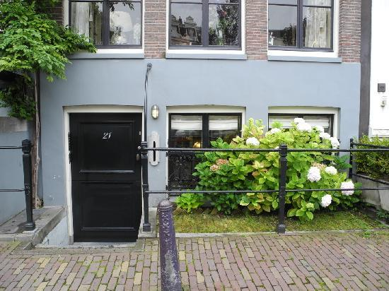 B&B Herengracht 21: Entrance to the B&B