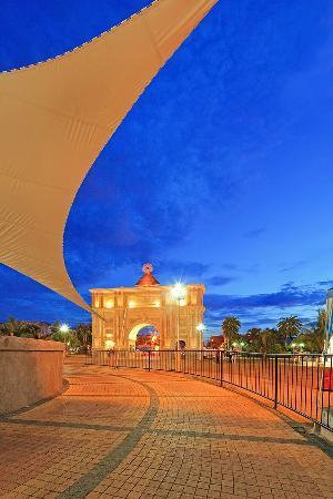 Porta Mariae - a modern arch b...