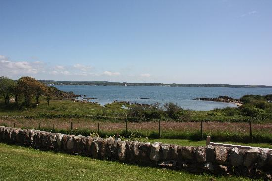 Mossyard Holiday Cottages: Edenville fromt garden view out to sea