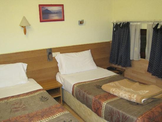 Aristote Hotel: ツイン部屋。ベッドサイズは普通。