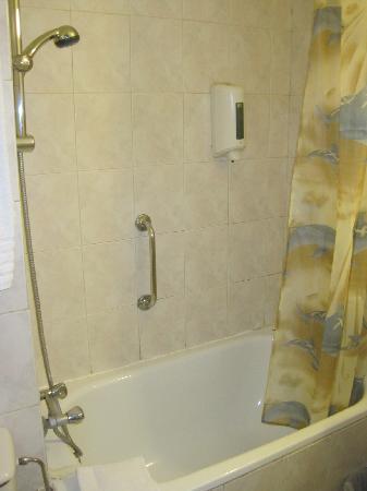 Aristote Hotel: バスルーム。バスタブに栓はありませんでした。