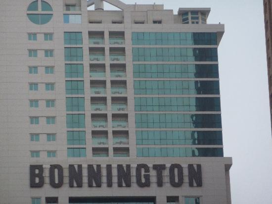 Bonnington Jumeirah Lakes Towers: Hotel from the front