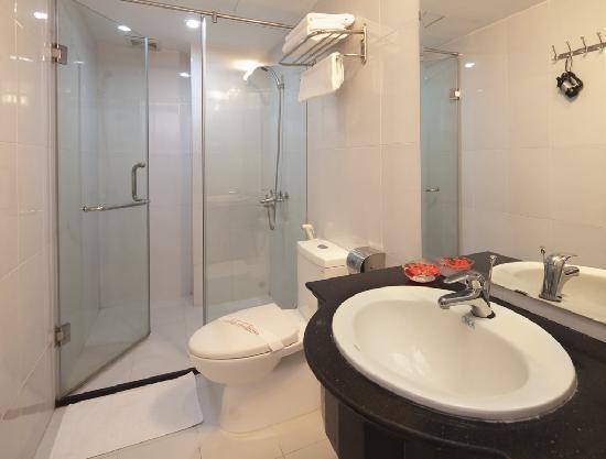 Hanoi Holiday Diamond Hotel: Bath Room
