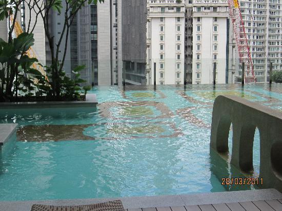 โรงแรมจีทาวเวอร์: swimming pool