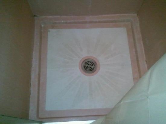Heritage Court Motel: Filthy shower floor.