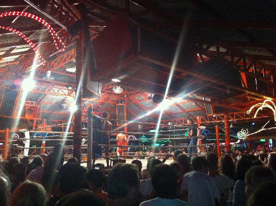Aloha Resort : Live boxing next to the food market