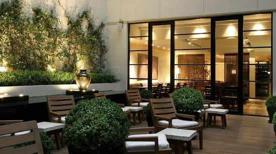 Serena Hotel: Jardín y Bar
