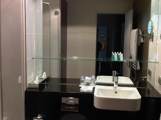 โรงแรมอะดิน่า อพาร์ทเมนท์ แฟรงก์เฟิร์ต นิวว์ โอเพอ: Badezimmer